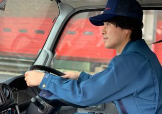男性が運転する写真
