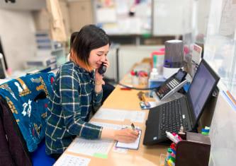 就業中の女性の写真