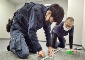 作業中の男性の写真